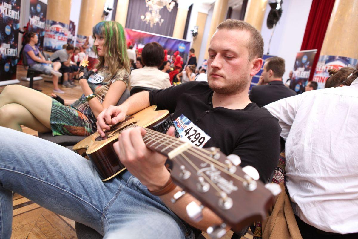 Piotr Karpienia w pokoju oczekiwań